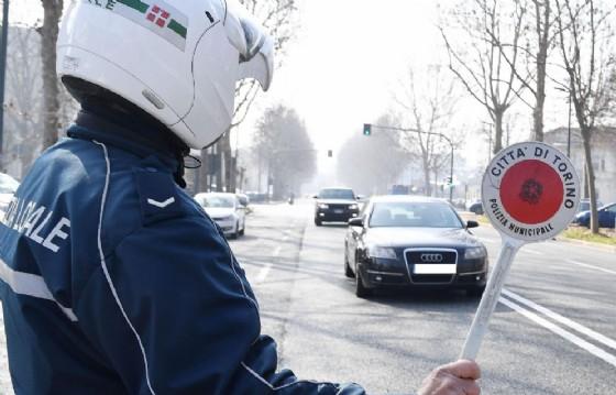 Supera i limiti di velocità e non rispetta gli orari di riposo: maxi multa per autista di bus