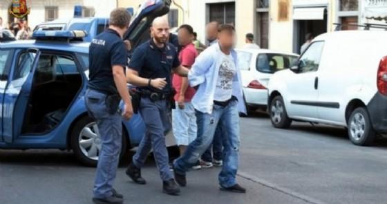 L'intervento della polizia che ha sventato una tentata rapina in una banca di Firenze