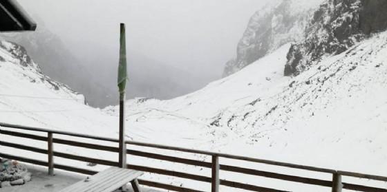 Prima neve sui monti, ma l'estate è già dietro l'angolo: domani temperature in risalita