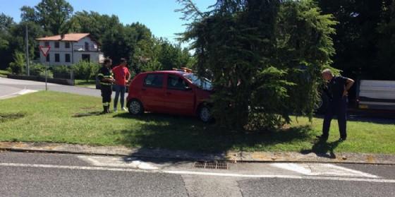 Incidente stradale a Gorizia: auto finisce contro un albero