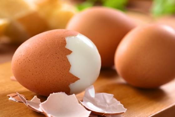 Uomo con 15 uova sode nell'intestino