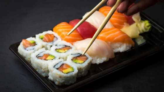 Mangia sushi, gli amputano una mano