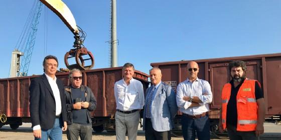 Graziano Pizzimenti, al Porto di Monfalcone durante le operazioni di trasferimento del carico di legname destinato alla Fantoni di Osoppo su vagoni ferroviari