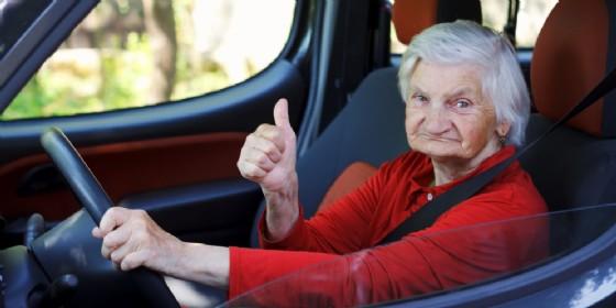 Anziana al volante