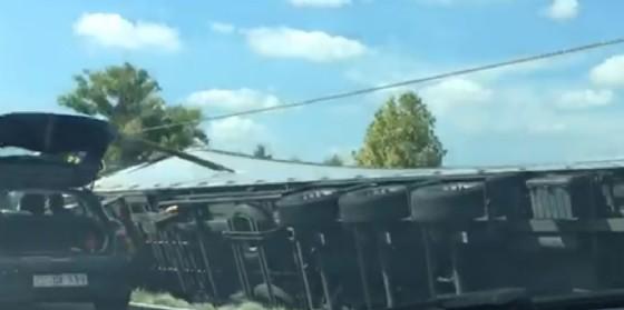 Palazzolo dello Stella, camion finisce nella scarpata ruote all'aria