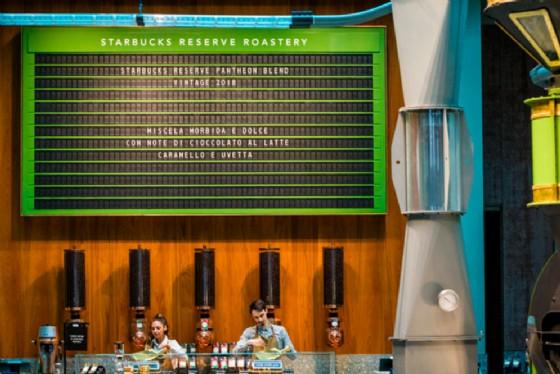 Starbucks apre a Milano con il display a palette Solari