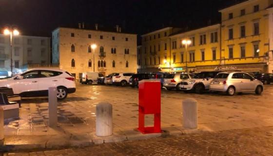 XX Settembre, dissuasori abbassati e la piazza si riempie di auto