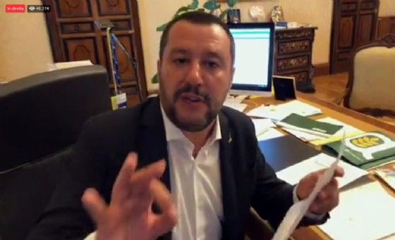 Il ministro dell'Interno Matteo Salvini apre in diretta Facebook la busta con l'accusa di sequestro di persona aggravato per il caso dei migranti della Diciotti