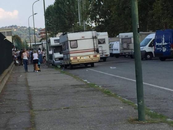 Camper e mercatini improvvisati: «In corso Corsica i rom fanno quello che vogliono»