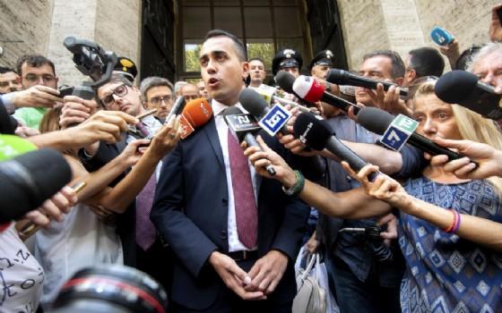 Il ministro del Lavoro e dello Sviluppo Economico, Luigi Di Maio, in un punto stampa all'esterno del MISE al termine della ratifica dell'accordo sul Ilva