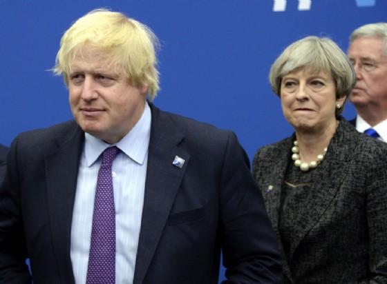 L'ex ministro degli Esteri britannico Boris Johnson accanto alla premier Theresa May