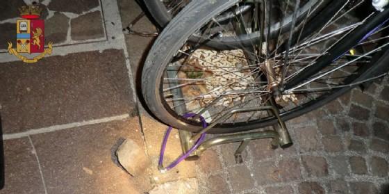 Tenta il furto di una bici nel cuore della notte: denunciato e allontanato con foglio di via