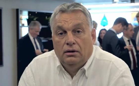 Viktor Orban in un fermo immagine tratto da un video su Facebook