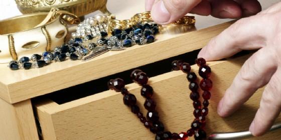 Ruba monili in oro per quasi 3 mila euro e cerca di vendere tutto: nei guai una 54enne