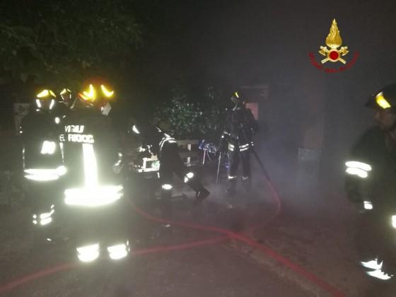 Incendio nella notte a Brusnengo, a fuoco un deposito attrezzi
