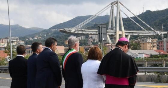 Monsignor Anselmi, il prefetto di Genova Spena, il sindaco Bucci, il presidente della Regione Liguria Toti, il sottosegretario del ministero delle Infrastrutture Rixi, il presidente del Consiglio regionale Piana