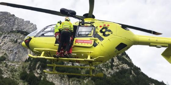 Si amputa l'avambraccio con la motosega: trasportato in gravi condizioni all'ospedale di Udine