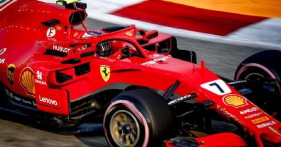La Ferrari di Kimi Raikkonen in azione durante le prove libere del GP di Singapore 2018