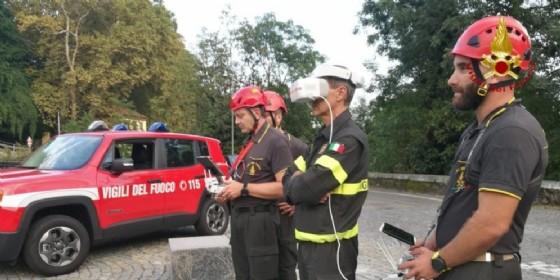 Gli uomini dei Vigili del Fuoco sul ponte della Maddalena impegnati nelle ricerche di Filippo Roveran