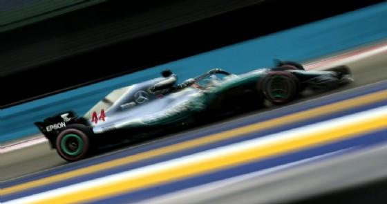 Lewis Hamilton in azione nel circuito di Marina Bay