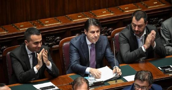I vicepremier Luigi Di Maio e Matteo Salvini applaudono il presidente del Consiglio Giuseppe Conte