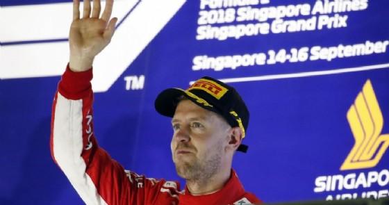 Sebastian Vettel saluta dal podio di Singapore