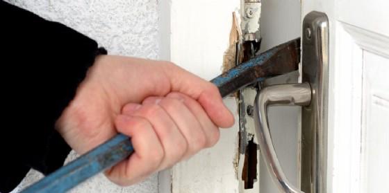 Forza la porta di un negozio e ruba il registratore di cassa: arrestato in flagranza