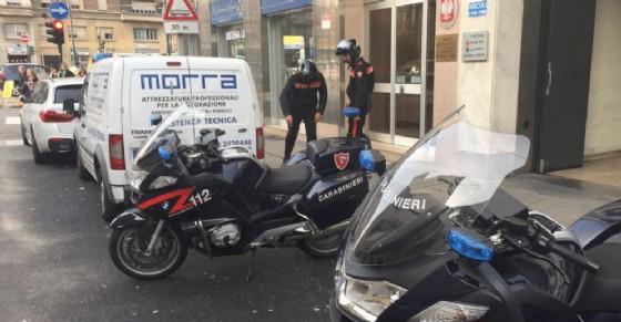 Follia in piazza Carducci: nigeriana irregolare su auto rubata spara contro un'altra donna