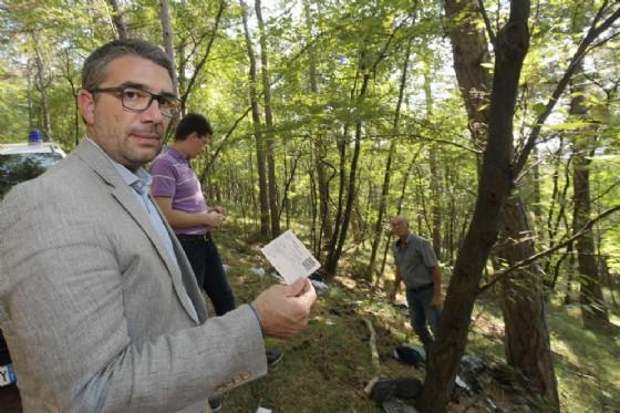 L'assessore Roberti durante il sopralluogo nei boschi di San Dorligo