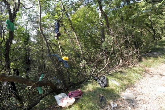 Vestiti dei migranti abbandonati nel bosco di San Dorligo