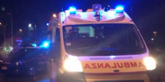 Auto finisce fuori strada e si rovescia: ferito un 62enne