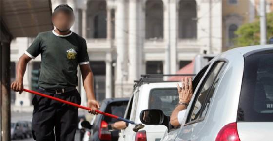 Blitz anti lavavetri dei vigili, 109 identificati: chi sono e a quali incroci si posizionano