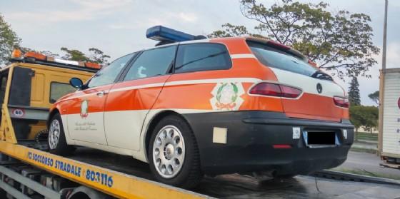 Tarocca l'auto per farla sembrare un 'mezzo di Stato': denunciato