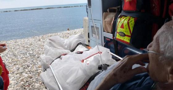 «Voglio vedere il mare per l'ultima volta»: l'ambulanza si ferma in spiaggia