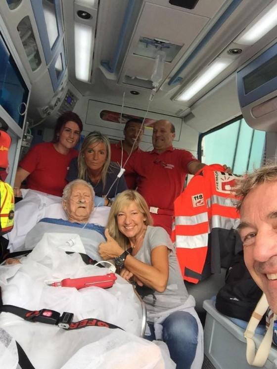 La foto del paziente in ambulanza al mare