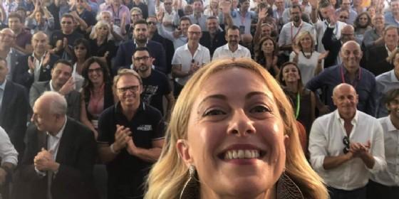 Il selfie finale di Giorgia Meloni dal palco di Atreju18