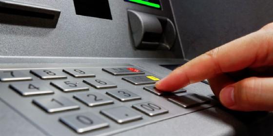 Rubano il bancomat a un'anziana ed effettuano prelievi per 4 mila euro