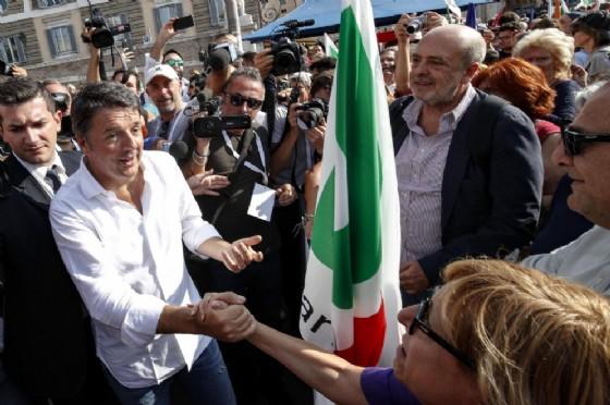 L'ex segretario del Pd Matteo Renzi in piazza del Popolo a Roma per la manifestazione contro il governo