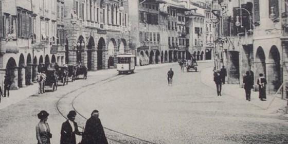 Il vecchio tram in via Mercatovecchio