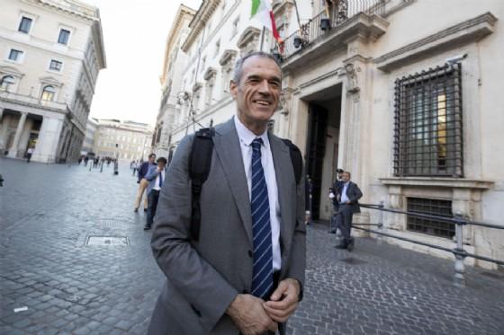 Carlo Cottarelli sotto Palazzo Chigi 27 giugno 2018 a Roma