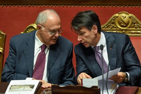Il premier Giuseppe Conte con il ministro agli Affari europei Paolo Savona