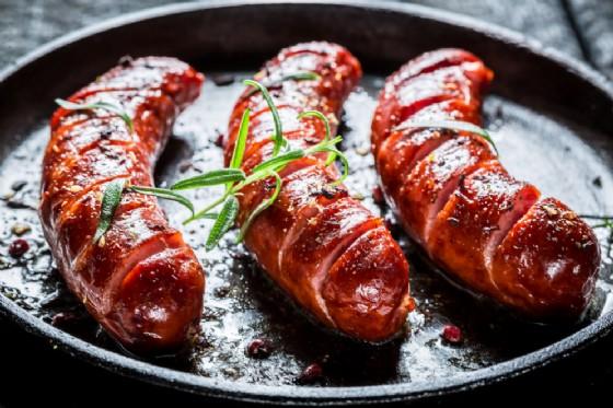 Salsicce, pancetta, carne rossa trasformata e rischio di cancro