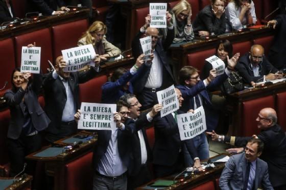 Deputati del gruppo Lega Nord espongono i fogli con la scritta «La difesa è sempre legittima»