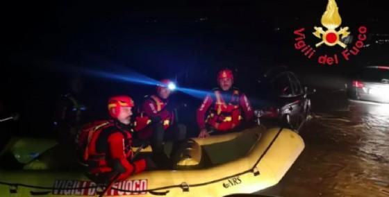 I Vigili del Fuoco in azione in Calabria per mettere in salvo con i gommoni alcuni automobilisti rimasti intrappolati nelle loro auto
