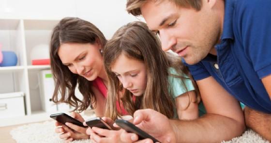 Immersi nello smartphone, genitori e figli separati da «un attimo»