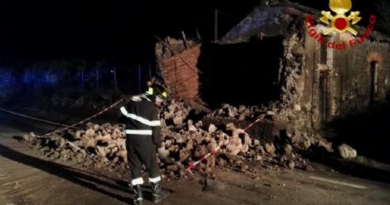 Uno degli interventi dei vigili del fuoco dopo il terremoto di magnitudo 4.8 delle 02.34 che ha avuto come epicentro il paese di Santa Maria di Licodia