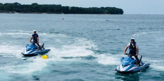 Si sente male durante in gara di nuoto in mare: lo salvano gli agenti della squadra nautica