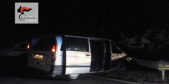 Tira dritto all'alt dei carabinieri, 31enne arrestato: il furgone su cui viaggiava era rubato