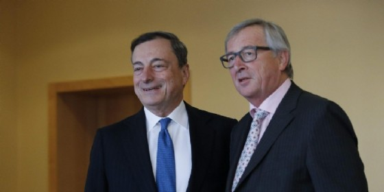 Il presidente della Bce Mario Draghi e il presidente della Commissione Ue Jean-Claude Juncker