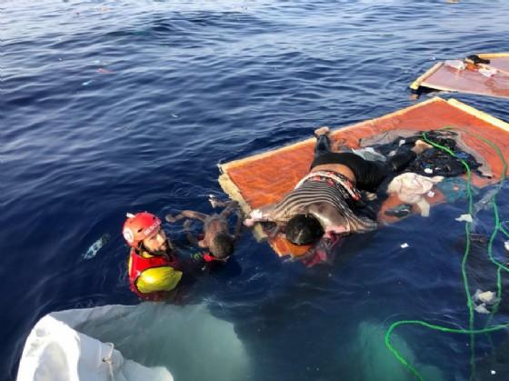 La foto postata su Twitter dal fondatore della Ong Open Arms, secondo cui la Libia avrebbe lasciato morire una donna e un bambino che erano a bordo di un gommone in difficoltà